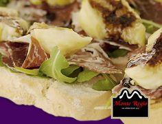 Tosta de jamón ibérico #MonteRegio, rúcula e higos aderezado con vinagre de Módena ¡Feliz Domingo!