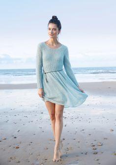 Ein Traum von Leichtigkeit für die ersten Frühlingstage: Ein zart blaues Kleid aus Kid-Mohair, federleicht mit einem eleganten, femininen Schnitt. Das Oberteil des Strickkleides wird mit zwei Fäden gestrickt, der Rock mit einem...