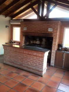 De quinchos, parrillas y hogares moderne wohnzimmer von pia janzen modern House Styles, Grill Design, Barbecue Design, Built In Braai, Backyard Grill Ideas, House, Home Remodeling, Home Fireplace, Rustic Cabin