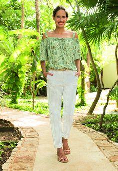 Top à épaules dénudées vert + pantalon blanc à rayures >> http://www.taaora.fr/blog/post/camaieu-collection-printemps-ete-2017-lookbook-mode-femme #look #outfit #ootd