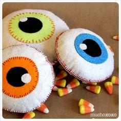 Diy halloween decorations 50454458300950003 - Eyeball Softies Source by modaboutvintage Easy Halloween Decorations, Felt Decorations, Holidays Halloween, Halloween Crafts, Holiday Crafts, Diy Halloween Ornaments, Fall Felt Crafts, Halloween Labels, Halloween 2020