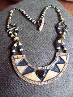 ml arte en biyu: Collar tipo pectoral con una pieza central de cerá...