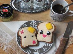 Broche de fieltro de tostadas kawaii y hipster – Pin de tostas cute - Rebanada de pan feliz con bigote - Complemento blandito - Clip bonito