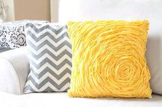 As suas poltronas ou estofados vão ficar muito mais confortáveis e charmosos se você fizer almofada com rosa de tecido, que pode ser feita com o tecido com