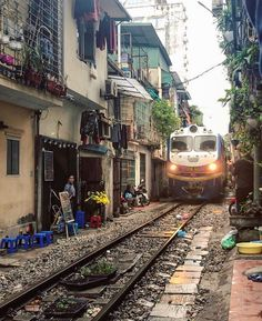 """Atlas Obscura auf Instagram: """"Twice a day a speeding train passes through this residential neighborhood in the Old Quarter of Hanoi. Shops are shut down, children safely…"""" • Instagram"""