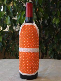 Delantal para botellas hecho de tejido algodón/poliéster y cinta de algodón. Lavable a 30 grados. Wine Bottle Crafts, Aprons, Diy And Crafts, Bottles, Dishwasher, Soaps, Kitchen Aprons, Wine Bottles, Decorated Bottles