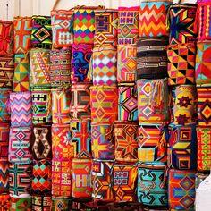 Wayuu mochilas; Cartagena, Colombia Jeetje wat is dit gaaf! Zo'n tas ga ik zoeken. En ik ga ook kijken of ik er zelf eentje kan maken, maar dan met mijn eigen ontwerp.