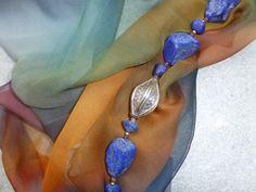 Ketting met Lapis lazuli en zilveren ornament. Sjaal van chiffonzijde. Sjaal en ketting uit eigen atelier