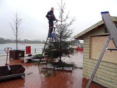 Onze handyman Wouter zorgt voor winterse sferen op het terras voor Zeeroversland.