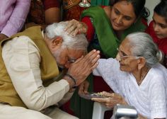 India leader Narendra Modi receives blessing of the mother History Of India, Hd Wallpapers For Mobile, Love You Forever, Flower Wallpaper, India Beauty, Rare Photos, Good Thoughts, Life Lessons, The Incredibles