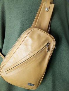 Cartera 100% cuero, marca Petra, parausar como mochila con una única correa cruzada, para llevar en el pecho o laespalda.  *2 bolsillos externos con cierre noexpuestos (anterior y posterior)*1 bolsillo externo largo en la correa(para viejos celulares).*1 bolsillo interno*correa regulableMedidas: Largo 26 cm, ancho 18 cm(base), profundidad expandida 5 cm.Hermosa, color mostaza con aplicaciónelegante de strass. Anterior Y Posterior, Small Bags, Petra, Sling Backpack, Base, Backpacks, Fashion, Pockets, Man Bags