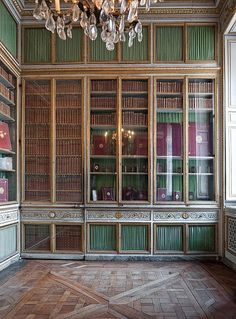 thefoodogatemyhomework:  Marie Antoinette's personal library - part of a suite of private rooms given to her by Louis XVI in 1782 celebratin...