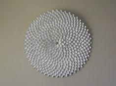 decorazione da muro con cucchiaini di plastica - Arredare una parete vuota, 10 idee da cui prendere spunto | http://bit.ly/arredareparete
