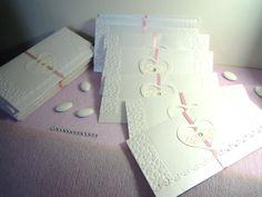 Partecipazioni matrimonio realizzate con carta perlescente bianca, adornate con cuore traforato e strass bianco, Chiusura con nastrino di raso rosa. Colori personalizzabili. Completamente fatto a mano!