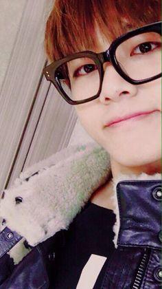 thích nụ cười nhe răng hcn của Taehyung và đôi mắt nheo nheo của cậu ấy. Chỉ ngắm nhìn qua màn hình đth mà bất giác mỉm cười :)