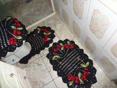 jogo de banheiro 3 peças de barbante preto, com flores no barbante vermelho e folhas verde mesclado.