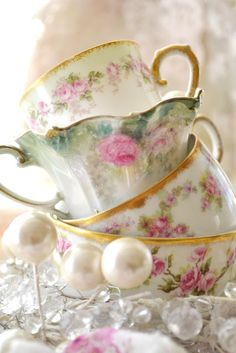 Decorate the table with pearls, lace & crystals & rose petals to highlight your table setting. Vintage Tea Parties, China Tea Cups, Cuppa Tea, Chocolate Pots, Tea Cup Saucer, My Cup Of Tea, Bule, High Tea, Tea Party