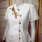เสื้อผ้าไทยสีขาว เสื้อผ้าฝ้าย เสื้อใส่ผ้าซิ่น เสื้อผ้าฝ้ายสีขาว แต่งผ้ากุ้นสีครีม ปักดอกไม้ สำเนา