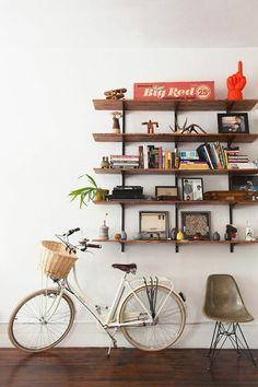 sol en parquet dans le couloir, vélo dans le couloir, étagère en bois et fer, décoration murale