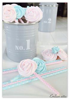 Emilian aitta Täydelliset marengit Marenkitikkarit Meringue lollipops Halloween Cupcakes, Lollipops, Meringue, Red Velvet, Tootsie Pops, Merengue, Stick Candy