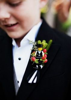 LEGO ring bearer boutonniere---oh now that is unexpectedly cute! Mason was ready to walk out the door when I tried to put a boutonniere on him, lol This he would have LOVED! Lego Wedding, Wedding Men, Our Wedding, Dream Wedding, Funny Wedding Photos, Before Wedding, Page Boy, Ring Bearer, Boutonnieres