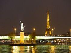 La tour Eiffel et la statue de la Liberté au pont de Grenelle à Paris. La torre Eiffel y la estatua de la Libertad en el puente de Grenelle Paris. The Eiffel tower and the Statue of Liberty in the Grenelle bridge Paris
