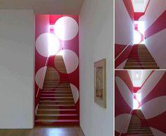 Point of View by Felice Varini. L'artista svizzero Felice Varini realizza dei fantastici effetti ottici utilizzando lo spazio architettonico in modo apparentemente casuale, ma se ci si trova dal punto di vista corretto si rivelano le figure geometriche regolari. Via ilpost.it