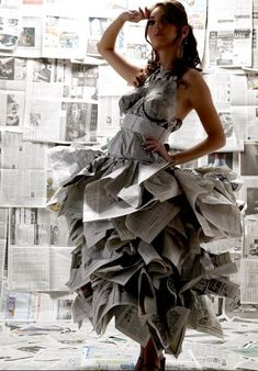 Watch out for papercuts with that upcycled newspaper dress. Paper Fashion, Fashion Art, Fashion Show, Fashion Design, Fashion Trends, Paper Clothes, Paper Dresses, Barbie Clothes, Vetements Clothing