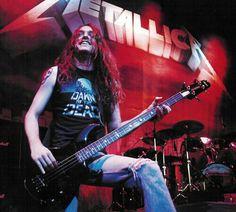 El 10 de febrero de 1962 nacé Clifford Lee Burton, fue un bajista de Thrash Metal, cuyo trabajo más notable durante toda su carrera fue ser el bajista del influyente grupo Metallica desde el año 1983 hasta el día de su muerte, a los 24 años de edad en un accidente automovilístico en 1986, durante el período en el que se encontraba la formación clásica del grupo. Fue clasificado en el puesto n°9 entre los diez mejores bajistas de la historia según la revista Rolling Stone…