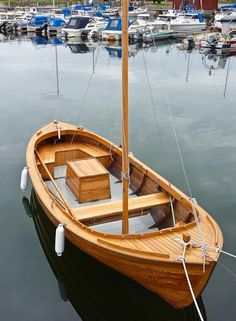 Swedish wooden boat Wooden Canoe, Wooden Sailboat, Wooden Boat Building, Wooden Ship, Cool Boats, Small Boats, Yatch Boat, Sailing Dinghy, Small Sailboats