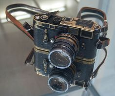 Elliott Erwitt's Leica - brassing! Leica Camera, Rangefinder Camera, Camera Lens, Video Camera, Antique Cameras, Vintage Cameras, Leica Appareil Photo, Elliott Erwitt, Classic Camera