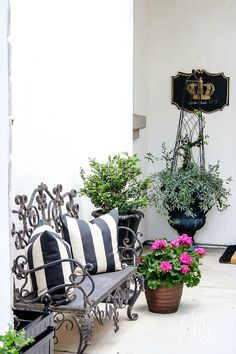 How to Brighten Your Porch For Spring - Styled for Spring Home Tour - hang a fabulous wreath, add a new doormat, choose flowers that coordinate Diy Home Decor Projects, Diy Home Crafts, Decor Ideas, Decks And Porches, Front Porches, Outdoor Living, Outdoor Decor, Outdoor Spaces, Inside Plants