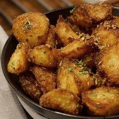 Kartofler i ovn - Opskrift på sprøde ovnkartofler med rosmarin og hvidløg Dc Food, Food N, Food And Drink, Tasty Meal, Superfood, Healthy Recipes, New Recipes, Easy Snacks, Greek Recipes