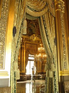 .:.The curtains, the door facing, the chandelier, the window header, the wallpaper, the floor, this is opulent!♥