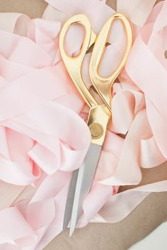 Pretty Idea for a Party: A Flower Bar Flower Bar, 2 Logo, Diy Bouquet, Sewing Art, Sewing Studio, Pink Aesthetic, Dressmaking, Pretty In Pink, Pink And Gold