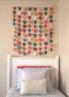 Cortinilla hecha de corazones de papel unidos por un hilo.
