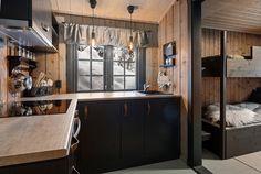 Trivelig, gjennomført og nylig oppgradert hytte med innlagt strøm og helårsvei. Rett ved skiløypa.   FINN.no Kitchen Island, Real Estate, Table, Furniture, Home Decor, Island Kitchen, Decoration Home, Room Decor, Real Estates