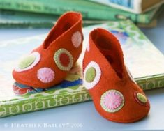 Free Pattern and Instructions for Handmade Baby Booties by Heather Bailey Felt Booties, Felt Baby Shoes, Cute Baby Shoes, Baby Booties, Diy Gifts To Make, Diy Baby Gifts, Baby Crafts, Homemade Gifts, Heather Bailey