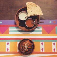 """@martalamaga en Instagram: """"Papadum con salsas de yogur y menta, y chutney de mango + aloo tikii  @ivan_surinder a los fogones es como un , siempre quieres mas, repetir y vivir en el @tandoorbarcelona  #tapfortandoor #tapformenu #igersbcn #gastropindoles #gastrovictim #instafood #igers #bcnfoodies #bcnfoodieguide #foodies #foodiepower"""" Tableware, Instagram Posts, Yogurt Sauce, Sauces, Cookers, Mint, Live, Restaurants, Dinnerware"""