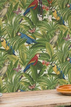 Parrots and butterflies thrive in the thick foliage. A feeling like a tropical holiday, surrounded by nature. With its durable vinyl surface, this wallpaper can be used in kitchens and bathrooms. Vinyl Wallpaper, Pattern Wallpaper, Wall Treatments, Parrots, Wall Decor, House Design, Sims 3, Painting, Wallpaper Patterns