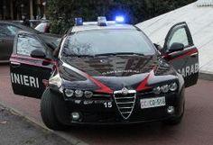 Litigano con un avventore al bar e all'arrivo dei carabinieri oppongono resistenza: arrestati