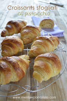Croissants sfogliati al pistacchio Bake Croissants, Good Morning Breakfast, Skirt Mini, Home Baking, Dried Fruit, Bread Rolls, Dessert Recipes, Desserts, I Love Food