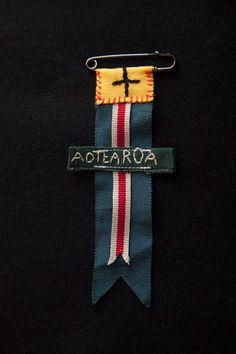 Honour Badge by Rona Ngahuia Osborne for Native Agent Textile Jewelry, Fabric Jewelry, Textile Art, Jewellery, Fabric Brooch, Felt Fabric, Logos Retro, Maori Art, Woven Bracelets