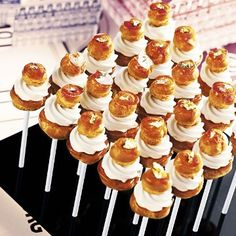 Plateau de Sucettes - what a fun presentation for such a simple dessert! Mini Desserts, Beaux Desserts, Party Desserts, St Honore Cake, Mini Patisserie, Buffet Dessert, Hawaiian Sweet Rolls, Eclairs, Profiteroles