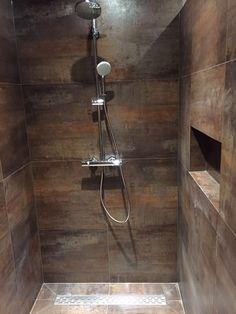 Oplevering van een badkamer waarbij in de douche gebruik is gemaakt van een nis om bijv. je shampoofles neer te zetten. Gerealiseerd door Sanidrome Hoezen uit Belfeld.