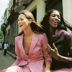 Hands up who has the Friday feeling? 🙋 #fridayfeeling #katemoss #naomicampbell #styleinspo #fashion #style #ootd #lotd #inspo #inspiration #retro #outfit #nineties #90s #vintage #styling #fashionphotography #fashionaddict #BlackBetty #highstreet #model #stylish #discount #sale #offer