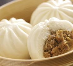 Nikuman, or Japanese steamed buns, are a favourite hot snack food all over Japan. Use our recipe to make your own fluffy, savoury nikuman at home. Steam Buns Recipe, Steam Recipes, Bun Recipe, Steamed Meat, Steamed Buns, Japenese Food, Hot Snacks, Homemade Ramen, Snack Recipes