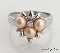 Inel Special Lady Roz    Inel placat cu aur alb si decorat cu 3 perle naturale roz de 5 mm si zirconiu cubic. Marimea inelului este de 7 US.Detalii: http://cadourisiperle.ro/produse/inele-cu-perle/inel-special-lady-roz