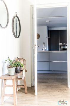 Vrijstaande woning inclusief bijgebouw is verbouwd en opnieuw ingericht, voor weer jaren woonplezier! Een Industrieel interieur, waar je jaren mee kan doen. Daarbij accent kleuren in koper, grijs en cognac. Ook wordt er met verschillende materialen gewerkt zoals leer, beton, hout. MarStyling heeft in het ontwerp een muur verwijderd, de keuken opnieuw ontworpen en een onhandige hoek in de kamer weer betrokken bij het totale interieur.   MarStyling Relax, Mirror, Furniture, Home Decor, Keep Calm, Interior Design, Home Interior Design, Arredamento, Mirrors