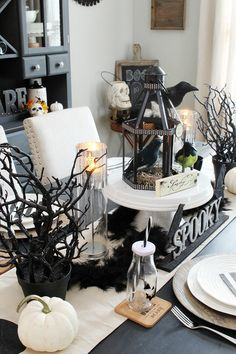 Black and white Halloween decor ideas. Lots of great Halloween decorating tips ideas for Halloween parties, a Halloween vignette, or a fun Halloween dinner. Lots of other Halloween home tours included. Halloween 2018, Chic Halloween, Halloween Dinner, Halloween Home Decor, Halloween House, Vintage Halloween, Halloween Parties, Halloween Ideas, Halloween Pumpkins